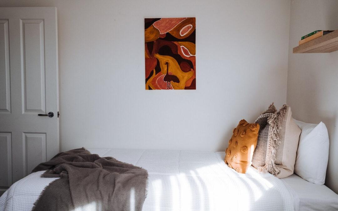 Gdzie najchętniej kupują wyposażenie sypialni Poznaniacy: stacjonarnie czy online?